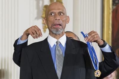 La leyenda del basquetbol Kareem Abdul-Jabbar al momento de recibir el reconocimiento.