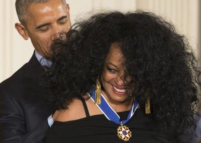 La cantante Diana Ross con el presidente Obama.