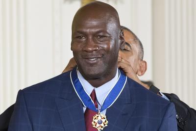 Michael Jordan recibiendo su medalla.