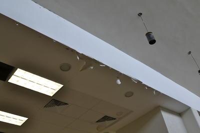Se puede observar un considerable deterioro por agua y humedad en la biblioteca.