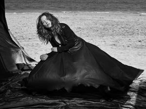 23112016 La actriz estadounidense Julianne Moore posando para el lente del fotógrafo Peter Lindbergh.