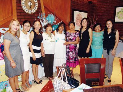 24112016 Angelina Tea de Manzanares con algunas de sus invitadas a su baby shower.