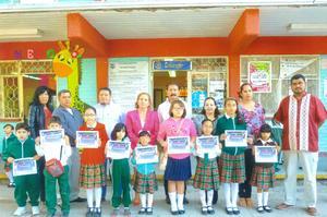 25112016 ORGULLOSOS POR SU TRIUNFO.  Ganadores del concurso de catrinas y catrines de la Escuela Miguel Hidalgo.