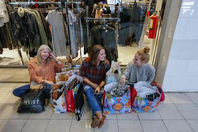 Unas chicas se toman un descanso de las compras.