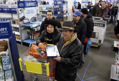 Personas de todas las edades acudieron a realizar sus compras.