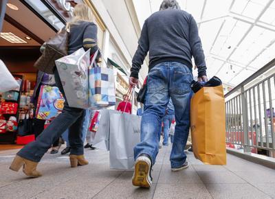 Las personas aprovecharon para comprar ropa y zapatos.