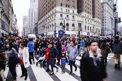 Las calles de Nueva York llenas de personas por el Black Friday.