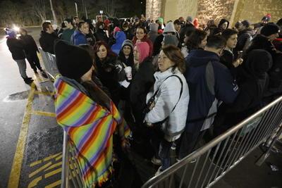 Miles de estadounidenses acudieron desde la madrugada para alcanzar los productos.