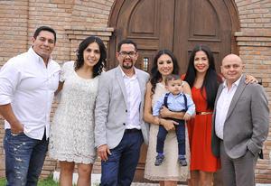 Rodrigo Martínez Cueva con sus papás, Eduardo Martínez y Patricia Cueva, y sus padrinos, Gerardo Guerrero, Nancy Ávalos, Ricardo Arriola y Tania Capón