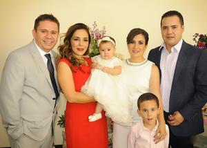 Isabella con sus papás, Edick Reyes y Alma Vázquez, sus padrinos, Carlos Sánchez y Viviana Borrego, y su hermanito, Gonzalo