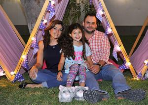 Ana Laura con sus papás, Laura Cueva de Araluce y Eduardo Araluce