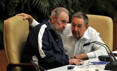 Al hombre que gobernó con mano férrea la isla caribeña sólo la enfermedad pudo apartarle del poder y en 2006 delegó todos los cargos en su hermano Raúl.