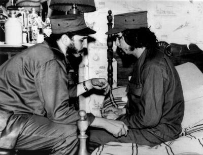 """Tras el fracaso de Moncada estuvo en la cárcel durante casi dos años y luego se exilió a México: allí conoció al """"Che"""" Guevara con quien volvió a Cuba a bordo del """"Granma"""" con otros 82 expedicionarios para comenzar la lucha guerrillera de Sierra Maestra (1956-1959)."""