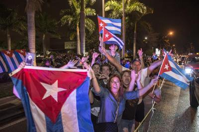 """""""Fidel tirano, llévate a tu hermano"""", gritaba también la multitud en referencia al actual presidente de Cuba, Raúl Castro."""