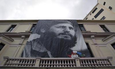 Imágenes del difunto comandante se ven en los edificios de La Habana.