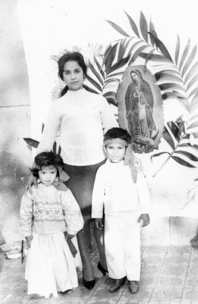 27112016 Raúl y Laura Silveira Fraire acompañados por su mamá, Aída Fraire Soto, en 1967.