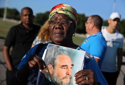 Las cenizas del histórico líder la Revolución Cubana, Fidel Castro, son expuestas hoy en el memorial José Martí en la icónica Plaza de la Revolución.