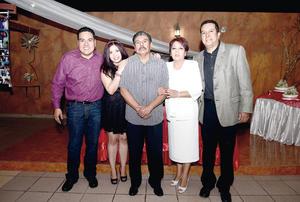 27112016 La pareja en compañía de sus hijos, Dr. Juan Carlos, Ing. Julio César y Lic. Perla Berenice Sánchez Enríquez.