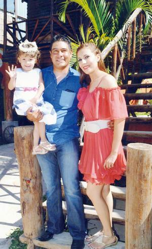 27112016 APAGA TRES VELITAS.  Valeria Dávila Miranda acompañada por sus papis, Gabriela Miranda Morales y Alejandro Dávila.