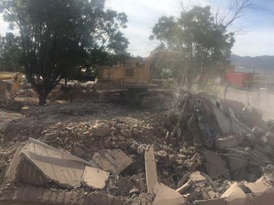 Pudo observarse la maquinaria de demolición, así como a los trabajadores realizando algunas maniobras al interior del inmueble.