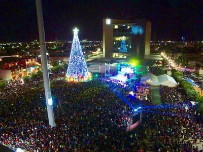 Miles de asistentes abarrotaron la Plaza Mayor.