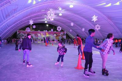 Niños, jóvenes y adultos aprovecharon para ser los primeros en usar la tradicional pista de patinaje en hielo.