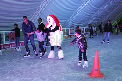 'Olaf', personajes de la película 'Frozen', ayudó a este pequeño a disfrutar de la pista de patinaje.