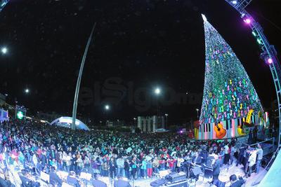 A través de una cuenta regresiva en la que participaron todos los asistentes se procedió al encendido del pino monumental, seguido de un espectáculo de fuegos pirotécnicos.