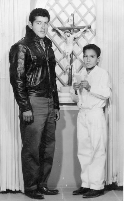 04122016 Jesús Rodríguez Espinoza en su primera comunión en 1960 acompañado de su padrino, Hilario Ruiz.