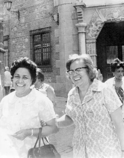 04122016 Saliendo del Escorial, Socorro Lesprón de García acompañada de Graciela García Rodríguez en 1970.