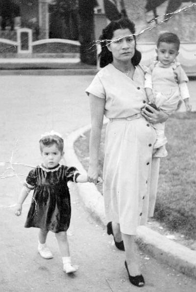 04122016 María Hernández de Salas con sus hijas, Ana María y Alberto Salas, en 1949.