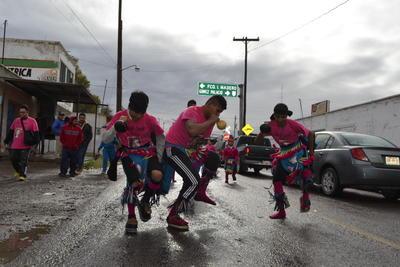 La intensidad de los danzantes no dejó que la lluvia les echara atrás los ánimos.