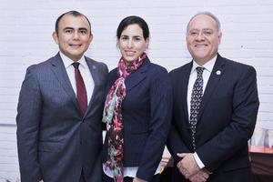 04122016 Ing. Juan Carlos Herrera Gutiérrez, primer socio del club en alcanzar el grado de Distinguido Toastmaster acompañado de su esposa y el Ing. Francisco Onofre.