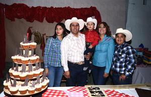 06122016 EN FAMILIA.  Iker Leonardo Rosales Balderas con sus papás, Jaime Rosales y Claudia Balderas, y sus hermanos.