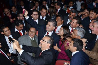 """""""¡Gobernador!, ¡Gobernador!"""", se escuchaba a unisono en el teatro ante su discurso, donde dio a conocer que ya solicitó licencia por tiempo indefinido al Cabildo de Torreón."""
