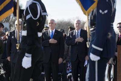 Estuvo acompañado por el senador republicano por Arizona y veterano de la Guerra de Vietnam, John McCain.