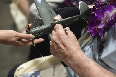 Reconociendo su valor, los veteranos fueron tratados como estrellas que incluso dieron autógrafos.