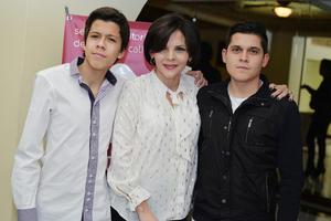 08122016 Marcela Pámanes en compañía de sus hijos.