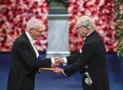 """Por último, la Academia Sueca de las Ciencias en Estocolmo otorgó el Premio Nobel de Economía en forma conjunta al británico Oliver Hart y al finlandés Bengt Holmström """"por sus contribuciones a la Teoría del Contrato""""."""