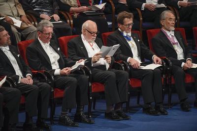 El Premio Nobel de Química fue conjuntamente para el francés Jean-Pierre Sauvage, el británico Fraser Stoddart y el holandés Bernard Feringa, por el diseño y síntesis de máquinas moleculares.