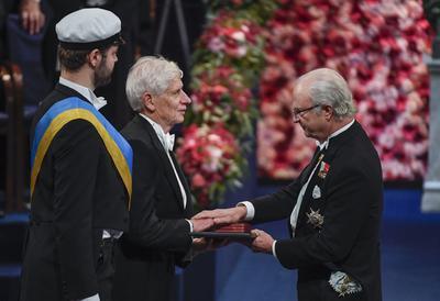 El Comité Sueco del Nobel entregó el premio de Física a los británicos David J. Thouless, Duncan Haldane y Michael Kosterlitz, quienes trabajan en universidades de Estados Unidos.