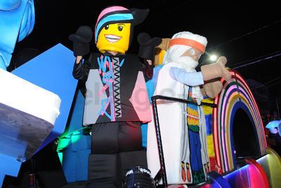 La caravana estuvo encabezada por motociclistas de la Agrupación Fuerza Coahuila, seguidos por carros alegóricos con alrededor de 200 personas ataviadas con botargas y diversos personas infantiles.