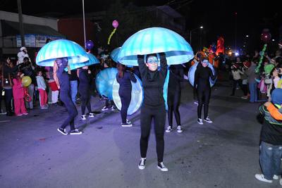 El desfile comenzó a las 19:30 horas.