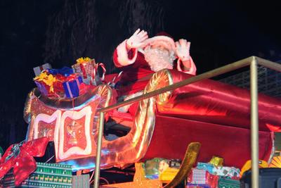 Santa Claus no podía faltar junto a sus ayudantes.
