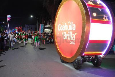 El desfile dio inicio a los festejos navideños en la ciudad.