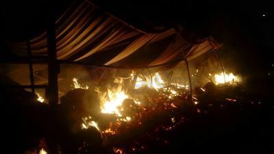 Los 44 locales que componen el mercado navideño fueron consumidos por el fuego.