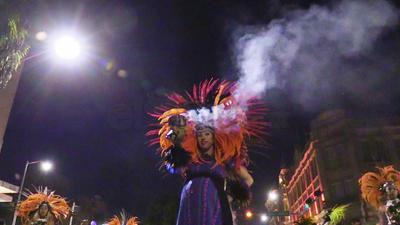 """Los danzantes, conocidos como """"matachines"""" ofrendan sus bailes a la Virgen durante horas."""