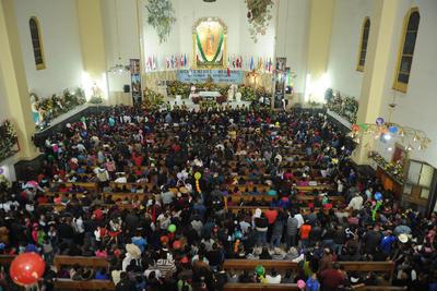 Cientos de feligreses participaron en la misa de gallo para venerar a la Virgen de Guadalupe.