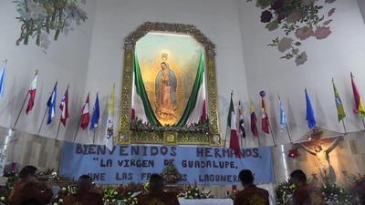 Fieles guadalupanos de La Laguna, llegaron a celebrar la misa de gallo en la Iglesia de Guadalupe en Torreón, Coahuila, y así festejar a la Santa Virgen, haciéndole plegarias y rezos.