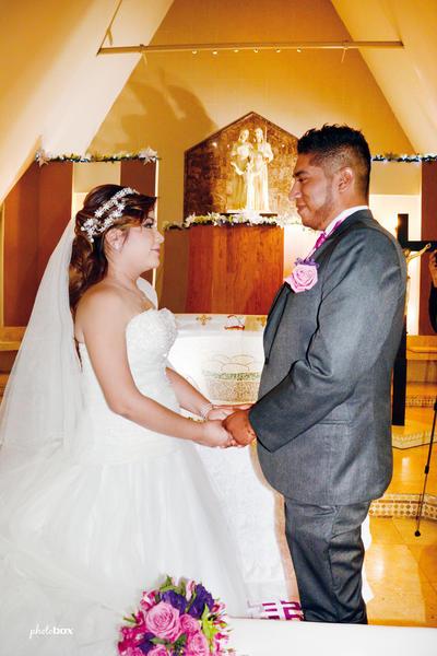 11122016 Liliana Estrella Zaragoza Martínez y Enrique Rosales Crispín decidieron unir sus vidas para siempre el pasado 3 de diciembre en la Parroquia de la Sagrada Familia. - Photobox Fotografía